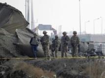 Des soldats américains membres de l'ISAF inspectent les lieux d'un attentat à la voiture piégée, le 11 décembre 2013, à Kaboul. REUTERS/Omar Sobhani