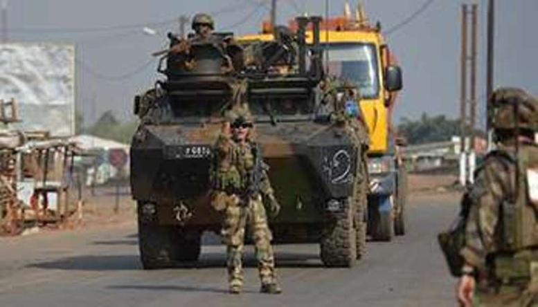 Un blindé de l'armée française patrouille à Bangui, le 25 décembre