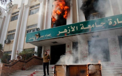 Egypte : des étudiants islamistes incendient un bâtiment au Caire