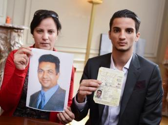 Des proches de Mohamed Saleh Alhoumekani (sa femme et son fils, Moncef) montrent son portrait et son passeport belge aux médias, le 2 septembre 2013. AFP PHOTO / BELGA / LAURIE DIEFFEMBACQ