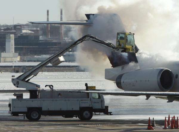 Si les pistes sont praticables, il arrive que ce soit les avions qu'il faille dégivrer comme ici sur l'aéroport de Washington. REUTERS/Gary Cameron