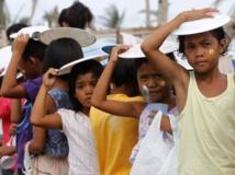 Dans la province de Leyte, le 24 décembre 2013, des enfants font la queue en attendant une distribution de nourriture. REUTERS/Romeo Ranoco