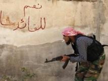 Un combattant de l'Armée syrienne libre, à Alep. Sur le mur, on peut lire «oui au leader Bachar». REUTERS/Hamid Khatib