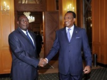 Le président tchadien Idriss Déby Itno (D) reçoit le président de la transition centrafricaine Michel Djotodia, le 14 mai 2013 à N'Djamena. AFP PHOTO / STR