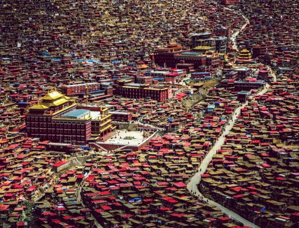 Le centre bouddhiste de Serthar accueille des milliers de moines et de nonnes. DR