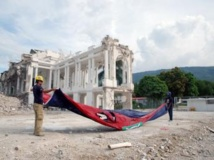 Le déblaiement des ruines du Palais national, monument qui faisait la fierté de tous les Haïtiens, vient de s'achever. Lors du chantier, les ouvriers ont pris soin de conserver l'immense drapeau qui flottait au moment du séisme devant l'édifice. RFI/Amélie Baron