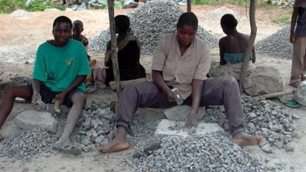 Des enfants au Bénin dans une excavation où la brouette de pierre pillée est ensuite vendue 30 dollars. AFP/ Fiacre Vidjingninou