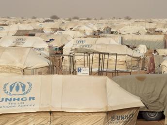Vue générale du camp de réfugiés de Mbera en Mauritanie qui accueille quelque 70 000 personnes ayant fui le nord du Mali. REUTERS/Joe Penney