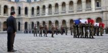 Le chef de l'Etat, François Hollande rend hommage aux deux soldats français tués en mission en Centrafrique durant une cérémonie aux Invalides, Paris, le 16 décembre 2013. REUTERS/Yoan Valat/Pool