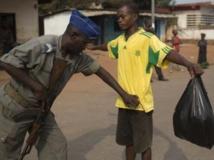 Contrôle de police près de Bangui, le 14 janvier 2014. REUTERS/Siegfried Modola
