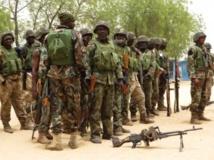 Des soldats nigérians dans le village de Baga, à la sortie de Maiduguri, dans la province de Borno, le 13 mai 2013. REUTERS/Tim Cock