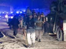 La police afghane sur les lieux de l'attentat suicide visant un restaurant à Kaboul, le 17 janvier 2014. AFP PHOTO/JOHANNES EISELE