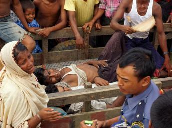 Evacuation de blessés après l'attaque du camp des déplacés Rohingyas à la périphérie de la ville de Sittwe dans l'Etat Rakhine, le 9 Août 2013. AFP PHOTO / STR