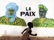 Un enfant, devant une fresque peinte sur un mur de Tombouctou, le 24 juillet 2013. REUTERS/Joe Penney