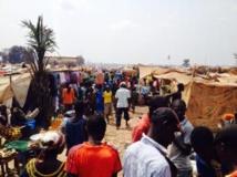 Vue d'un chemin dans le camp de déplacés jouxtant l'aéroport de Bangui, le 19 janvier 2014. RFI
