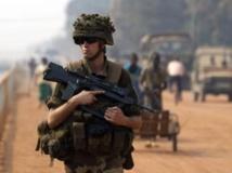 Un soldat de la force Sangaris dans les rues de Bangui, le 18 janvier 2014. L'UE devrait valider l'envoi d'une force pour épauler les militaires français et africains. REUTERS/Siegfried Modola