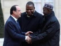 Le président François Hollande accueille le leader de la communauté musulmane de Centrafrique, l'imam Oumar Kobine Layama, et l'archevêque de Bangui, Mgr Dieudonné Nzapalainga, à l'Elysée le 23 janvier. AFP PHOTO ALAIN JOCARD