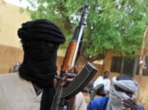 Deux membres du Mujao, en juillet 2012, lorsque le groupe occupait la ville de Gao, au Mali. AFP PHOTO / ISSOUF SANOGO