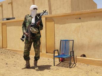 Un combattant du groupe séparatiste MNLA monte la garde devant l'assemblée régionale de Kidal, le 23 juin 2013. REUTERS/Adama Diarra