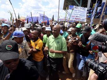 Joseph Mathunjwa, le président de l'Amcu au milieu des mineurs grévistes à Rustenburg, le 23 janvier 2014.