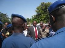 Le président limogé de l'Uprona, Charles Nditije, entouré de quelques militants se heurte à un barrage de la police, le 1er février 2014. RFI/Esdras Ndikumana