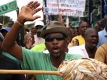Des mineurs manifestent devant le site de Lonmin, à Rustenburg, dans le nord-est de Johannesburg, le jeudi 30 janvier 2014. REUTERS/Siphiwe Sibeko