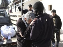 Un homme pleure l'un des ses proches après une attaque aux barils d'explosifs, selon des témoignages d'opposants, le 3 février 2014 à Alep. REUTERS/Hosam Katan