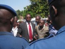 Le président limogé de l'Uprona, Charles Nditije, entouré de quelques militants se heurte à un barrage de la police, le 1er février 2014 à Bujumbura. RFI/Esdras Ndikumana