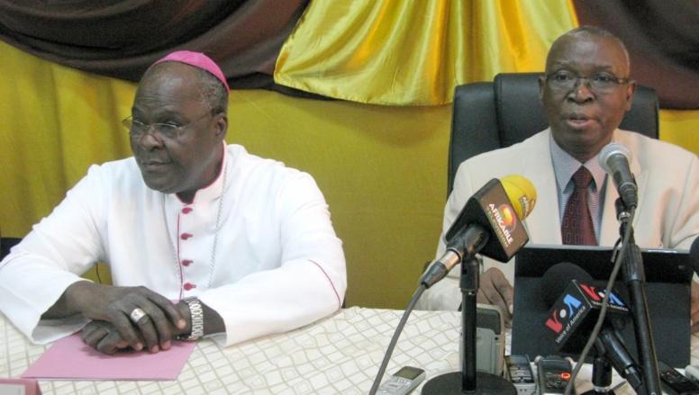 L'archevêque de Bobo Dioulasso, Paul Ouédraogo (g.) et l'ancien président Jean-Baptiste Ouédraogo (d.), le 30 janvier à Ouagadougou.
