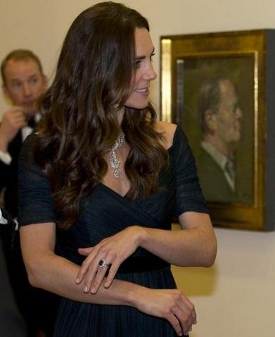 Kate Middleton : Bronzage, décolleté et rivière de diamants, sa rentrée à la NPG