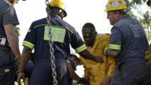 Des secouristes sortant les premiers rescapés de la mine illégale de Benoni près de Johannesburg le 16 Février 2014