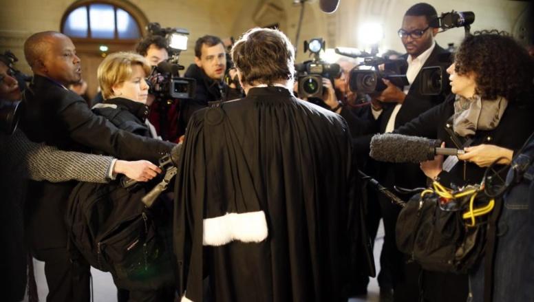 Un avocat intervient devant la presse, en marge du procès de Patrice Simbikangwa, le 4 février à Paris. REUTERS/Charles Platiau