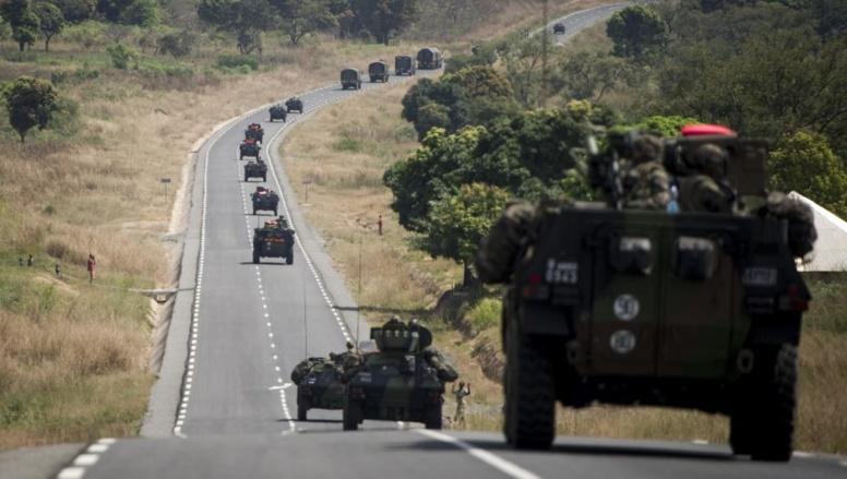 Les troupes françaises en provenance du Cameroun, sur la route de Bouar, le 7 décembre dernier. Ce samedi, des Centrafricains musulmans ont pris l'axe dans l'autre sens pour fuir les exactions.