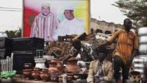 Des vendeurs de rue devant un poster géant du roi Mohammed VI et du président malien Ibrahim Boubacar Keïta, le 18 février 2014 à Bamako.