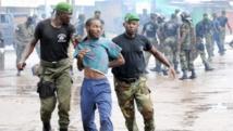 La police guinéenne arrête un manifestant au cours d'un rassemblement interdit devant le plus grand stade de la capitale, Conakry, le 28 septembre 2009. ( Photo: Seyllou/AFP )