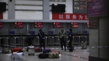 Des policiers se tiennent sur la scène des attaques aux couteaux qui ont eu lieu dans la gare de Kunming, dans la province du Yunnan, en Chine, le 2 mars 2014. REUTERS/Stringer
