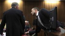 L'athlète Oscar Pistorius s'adressant à l'un de ses avocats au cours de l'audience au tribunal le 03 Mars dernier