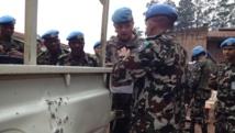 Le général Jean Baillaud, commandant par intérim de la force des Nations unies au Congo et le commandant du bataillon népalais analysent les dégâts causes au véhicule par l'attaque à la grenade non revendiquée de lundi à Béni ayant fait 6 blessés.