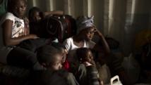 A Bangui, des femmes et des enfants se cachent dans un contener en attendant d'être évacués vers la frontière camerounaise.