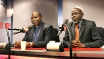 L'archevêque de Bangui Dieudonné Nzapalainga et l'imam Omar Kobine Layama, lors d'une interview dans les studios de RFI, le 23 janvier 2014.