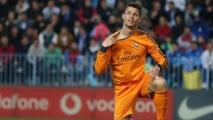 Liga : Cristiano Ronaldo assure l'essentiel pour le Real Madrid, Benzema inquiète ! 15/03/2014 - 22 h 24 FOOT ESPAGNOL » LIGA 30 COMMENTAIRES Cristiano Ronaldo, la force tranquille Cristiano Ronaldo, la force tranquille ©Maxppp Nouvelle victoire du Real Madrid ce soir sur la pelouse de Malaga (0-1) grâce à un but de Cristiano Ronaldo. Les merengues d'Ancelotti réalisent une excellente opération au classement et peuvent se focaliser sur le Clasico face au Barça, dimanche prochain.  Leader du classement de Liga, le Real Madrid, qui a rendez-vous avec le FC Barcelone le week-end prochain pour un Clasico qui s'annonce décisif, devait d'abord s'acquitter d'un déplacement périlleux en Andalousie, sur la pelouse de Malaga. Et les hommes de Carlo Ancelotti, s'ils ont quelque peu souffert, ne sont pas tombés dans le piège et réalisent même une excellente opération sur le plan comptable (1-0) grâce à un but de l'inévitable Cristiano Ronaldo.  Privé de Sergio Ramos, le Real Madrid a démarré pied au plancher la rencontre et n'a pas tardé à mettre le pied sur le ballon. Dominateurs, les Merengues montrent toutefois quelques signes de fébrilité et Malaga peut poser quelques problèmes. Toutefois, après un petit peu plus de 20 minutes de jeu, Cristiano Ronaldo délivre les siens (25e). Magistralement servi par Gareth Bale, le double Ballon d'Or portugais se défait de trois adversaires avant de tromper Caballero d'un joli tir enroulé. CR7 a inscrit au passage sa 25e réalisation de la saison en Liga. Seul point noir de la première période : la sortie sur blessure de Karim Benzema, remplacé par Di Maria. Alors que les socios redoutaient un problème musculaire, les premiers rapports en Espagne évoquent une simple béquille. Le Français doit tout de même passer des examens complémentaires dans les prochaines heures et sa participation pour le Clasico est en suspens...  La deuxième période n'est guère plus compliquée pour le Real. Ronaldo est en jambes mais bute de nombreuses fois sur le p