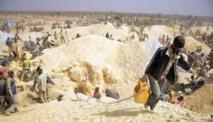 Des mineurs dans une mine clandestine d'or le 20 février 2014 à Nobsin.   Lire l'article sur Jeuneafrique.com : Burkina Faso | Les enfants mineurs, victimes de la ruée vers l'or au Burkina Faso | Jeuneafrique.com - le premier site d'information et d'actualité sur l'Afrique  Follow us: @jeune_afrique on Twitter | jeuneafrique1 on Facebook