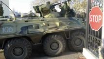 Des véhicules blindés ont pénétré dans une base ukrainienne en Crimée, au milieu de rafales d'armes automatiques tirées en l'air. Balbke, le 22 mars 2014.