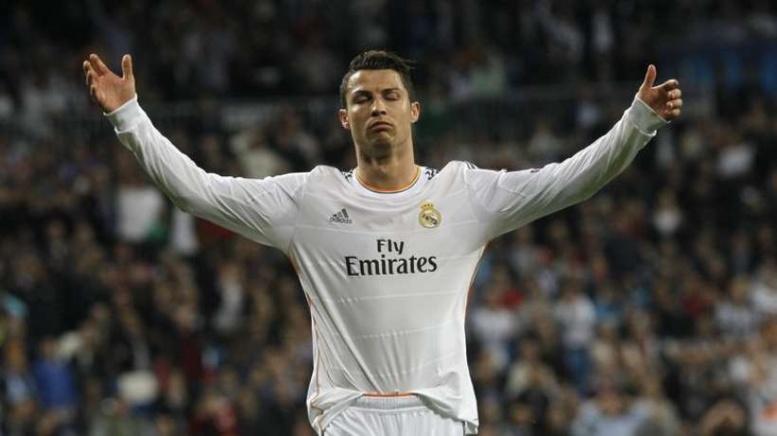 Cristiano Ronaldo charge l'arbitre !