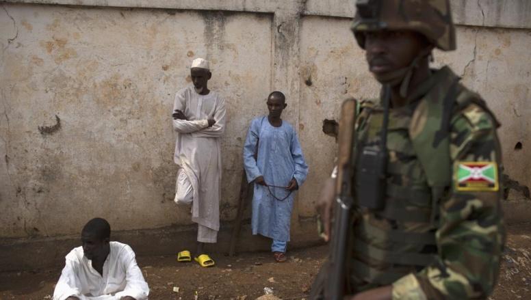 Un soldat de l'Union africaine lors des funérailles de musulmans, au PK 5, le 23 mars. REUTERS/Siegfried Modola