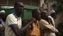 Des hommes transportent le cercueil de l'une des victimes des violences au PK5, un qurtier musulman de Bangui, le 23 mars 2014.