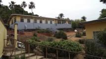 L'hôpital de Macenta, en Guinée, où des patients touchés par le virus Ebola sont mis à l'isolement. REUTERS/Stringer