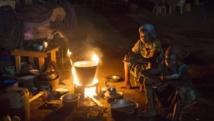 Des femmes préparent à manger dans un camp de déplacés à Bangui. REUTERS/Siegfried Modola