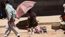 Une vendeuse de jouets, dans une rue d'Ambohibary, à 150 km au sud d'Antananarivo, à Madagascar. AFP PHOTO / ALEXANDER JOE