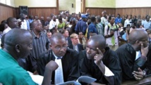 Bujumbura, le 19 janvier 2011. Un des assassins présumés d'Ernest Manirumva, avec les avocats de la défense, au palais de justice. AFP PHOTO/Esdras NDIKUMANA